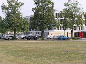 Das Finanzamt mit Parkplatz